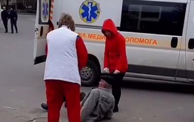 У Чернівцях між бригадою «швидкої» та п'яним чоловіком виник конфлікт – відео