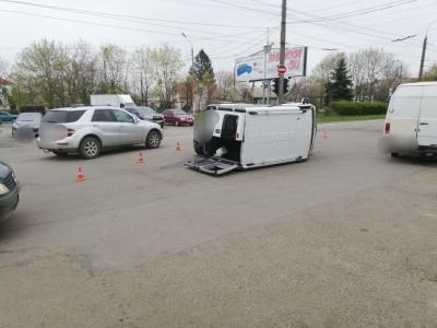 ДТП на Кемпінгу в Чернівцях: перекинувся мікроавтобус – відео. Оновлено