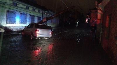 У Чернівцях п'яний водій розтрощив електроопору, заблокувавши рух транспорту