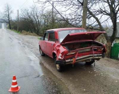 """На Буковині в ДТП потрапили два """"Жигулі"""": травмувалась пасажирка - фото"""