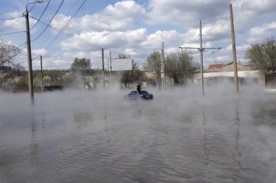 У Харкові, через прорив тепломережі, авто з пасажиром ледь не потонуло в окропі
