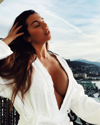 Сєдокова без білизни показала пишні груди і нарвалася на критику