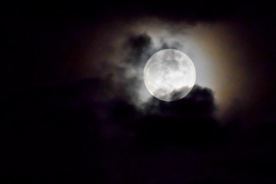 Повний місяць 19 квітня: чим він небезпечний та як вплине на знаки Зодіаку