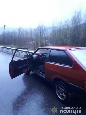На Буковині п'яний молодик вкрав авто і переховувався в лісі