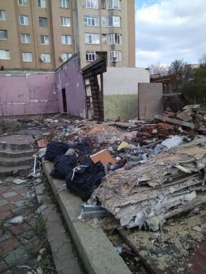 Чернівчан закликають прийти на прибирання ділянки згорілого магазину
