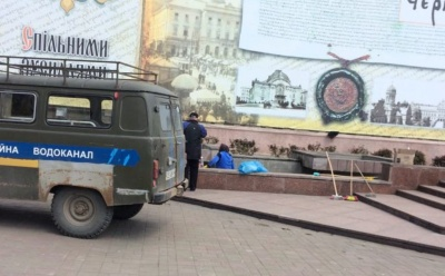 У Чернівцях робітники миють фонтан на Центральній площі – фото