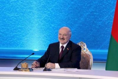 """Лукашенко обіцяє """"потужну відповідь"""" тим, хто зазіхне на Білорусь"""