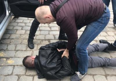 В центре Черновцов на взятке 700 долларов задержали инспектора ДФС - фото