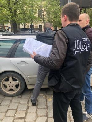 У центрі Чернівців на хабарі 700 доларів затримали інспектора ДФС - фото