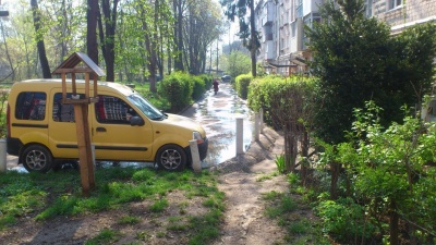 «Люди задихаються від смороду»: мешканці багатоповерхівки в Чернівцях три дні потерпають через прорив каналізації