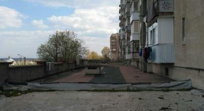 У Новодністровську на даху багатоповерхівки знайшли мертвого чоловіка