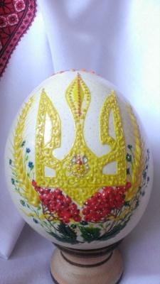 Майстриня з Буковини створює гігантські писанки зі страусиних яєць - фото