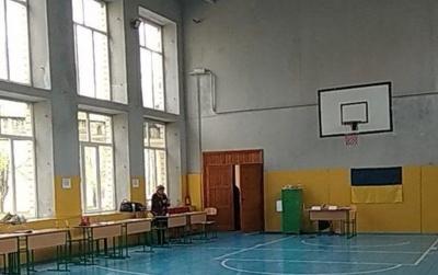«Голова приходив випивший»: у Чернівцях одна з виборчих дільниць відкрилась із запізненням