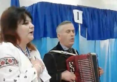 У вишиванках заспівали гімн. Як розпочала вибори одна з дільниць Буковини – відео