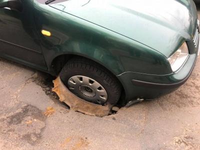 У Чернівцях автівка залетіла у каналізаційну яму – фото