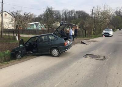 ДТП у Сторожинці: ВАЗ влетів у паркан через саморобний люк - фото
