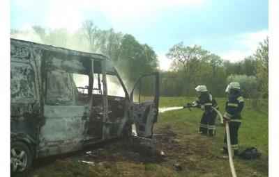 На Буковині через коротке замкнення вщент згорів мікроавтобус – фото