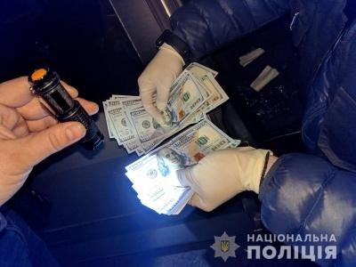У Чернівцях затримали шахрая, що вимагав у чоловіка 5 тисяч доларів
