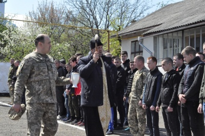 На Буковині групу юнаків урочисто відправили на строкову військову службу – фото