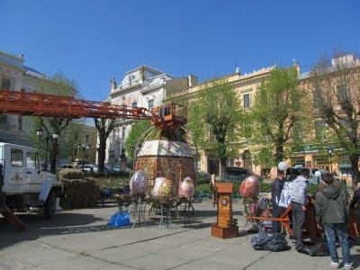 У центрі Чернівців встановлюють велетенські писанки – фото