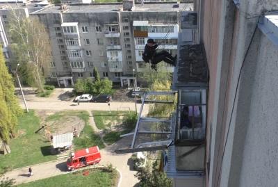 У Чернівцях на 9 поверсі будинку випала віконна рама – фото