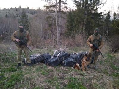 Нові постріли на кордоні: на Буковині контрабандисти втекли, покинувши ящики із сигаретами