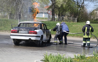 У Сторожинці вщент згоріла «Волга» біля АЗС – відео