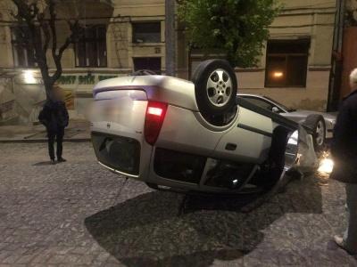 У центрі Чернівців після зіткнення з «євробляхою» перекинувся легковик – фото
