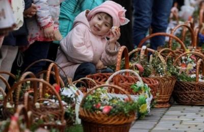Скільки коштує великодній кошик в Україні та в сусідів