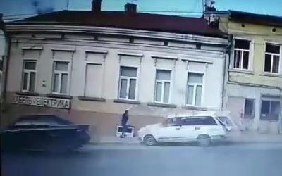 У Чернівцях п'яний водій «Жигулів» ледь не збив дівчину на тротуарі – відео