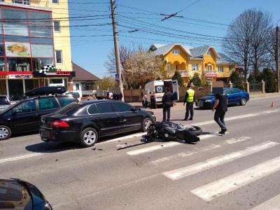 У Чернівцях легковик зіткнувся з мотоциклом, одна особа постраждала – фото