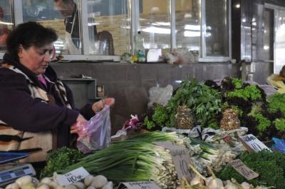 Чи забагато нітратів у редисці й огірках: МБ перевірив ранні овочі на ринку в Чернівцях