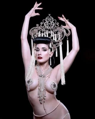 Королева бурлеску знялась оголеною
