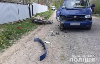 На Буковині бус протаранив мотоцикл, двоє людей отримали травми