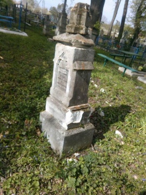 У Хотині на кладовищі під час вирубки дерев зруйнували старі надмогильні пам'ятники