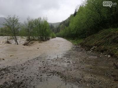 На Буковині затопило гірську дорогу, яку не можуть відремонтувати 11 років