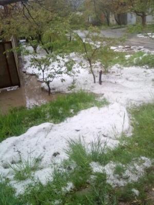 У Сокирянах посеред весни випав сніг – фото