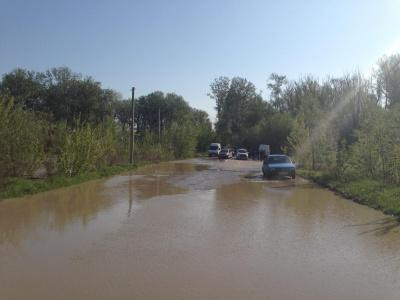 Вода прибуває: на Буковині підтопило міст через Прут у Маршинцях – фото