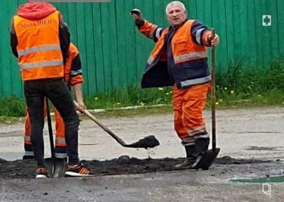 У Чернівцях працівник МіськШЕПу погрожував каменюкою перехожому, який знімав його на відео