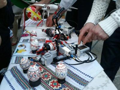 У Чернівцях презентували робота, який вміє розписувати писанки – фото
