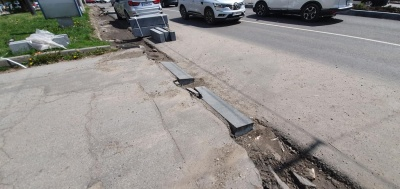 Скандальні бордюри на проспекті уже почали руйнуватися – фото