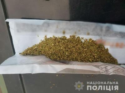 На Буковині поліція вилучила у двох осіб наркотики