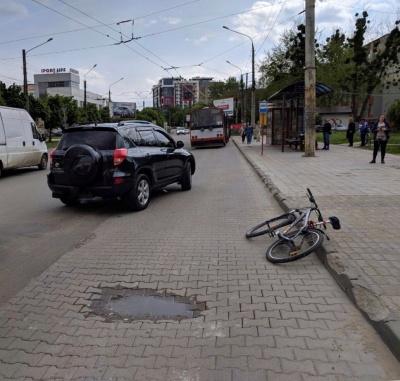 ДТП у Чернівцях біля «Туристу»: позашляховик на «зебрі» збив велосипедиста