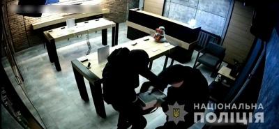 Двоє молодиків обікрали магазин смартфонів у Чернівцях. За три дні їх затримали у Дніпрі