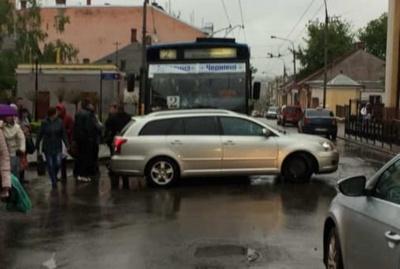 У центрі Чернівців тролейбус зіткнувся з легковиком – фото