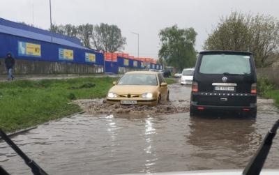 Не дорога, а річка: вулицю біля «Епіцентру» в Чернівцях знову затопило – відео