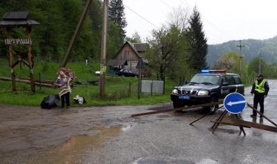 Паводок на Буковині: у гірському селі перекрили дорогу через загрозу підтоплення