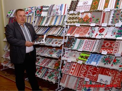 Чиновник з Буковини зібрав унікальну колекцію вишитих рушників з усієї України