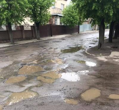 «Дорожнє покриття відсутнє»: чернівчани просять про капітальний ремонт вулиці Кармелюка