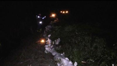 Паводок на Буковині: рятувальники цілу ніч укріплювали дамбу на Черемоші – фото